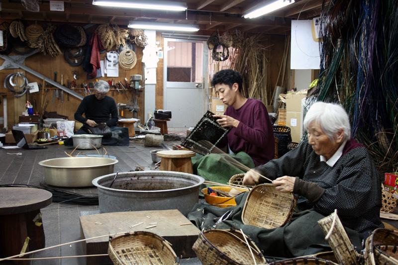 3人の職人の竹細工の様子