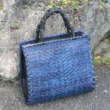 ブルーの竹バッグ