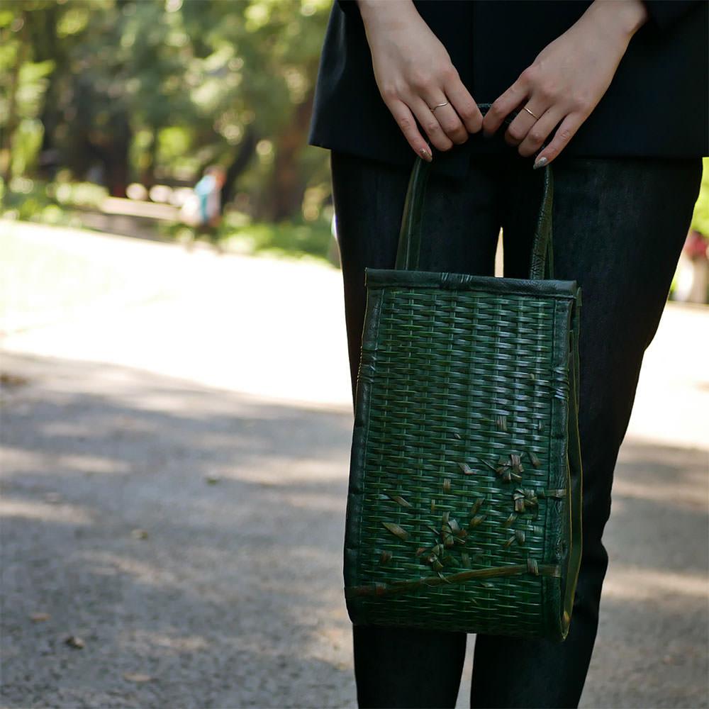 縦長のダークグリーン竹バッグ