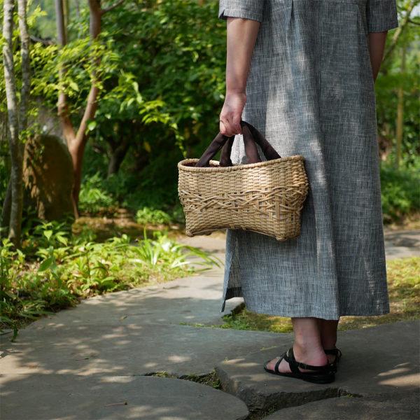 ナチュラルカラーの竹バッグを持つ女性3