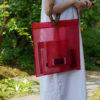赤いカラーの竹バッグを持つ女性