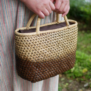 ツートンカラーの竹バッグ