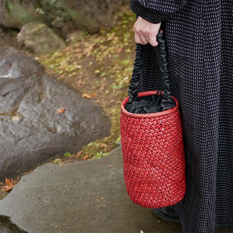 赤い円柱型の自然素材バッグ