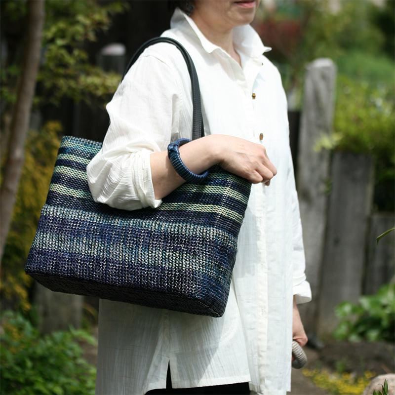 ツートンカラーの自然素材バッグ