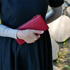 赤い自然素材バッグ