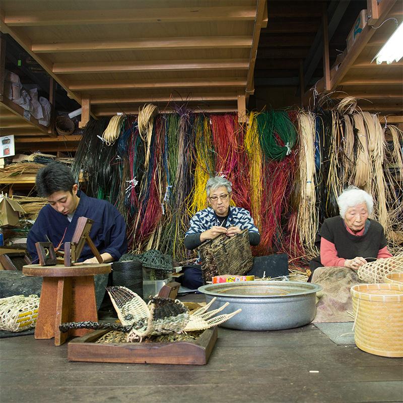3人の竹細工職人の作業風景