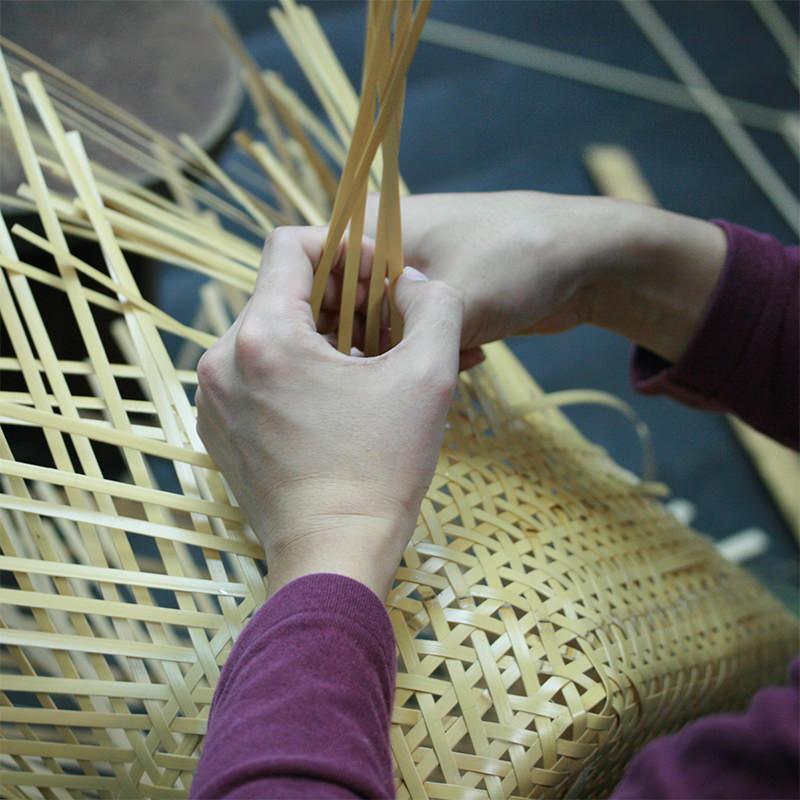 竹細工職人の作業風景