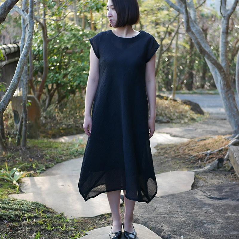 落ち着いた小千谷縮の服を着た女性