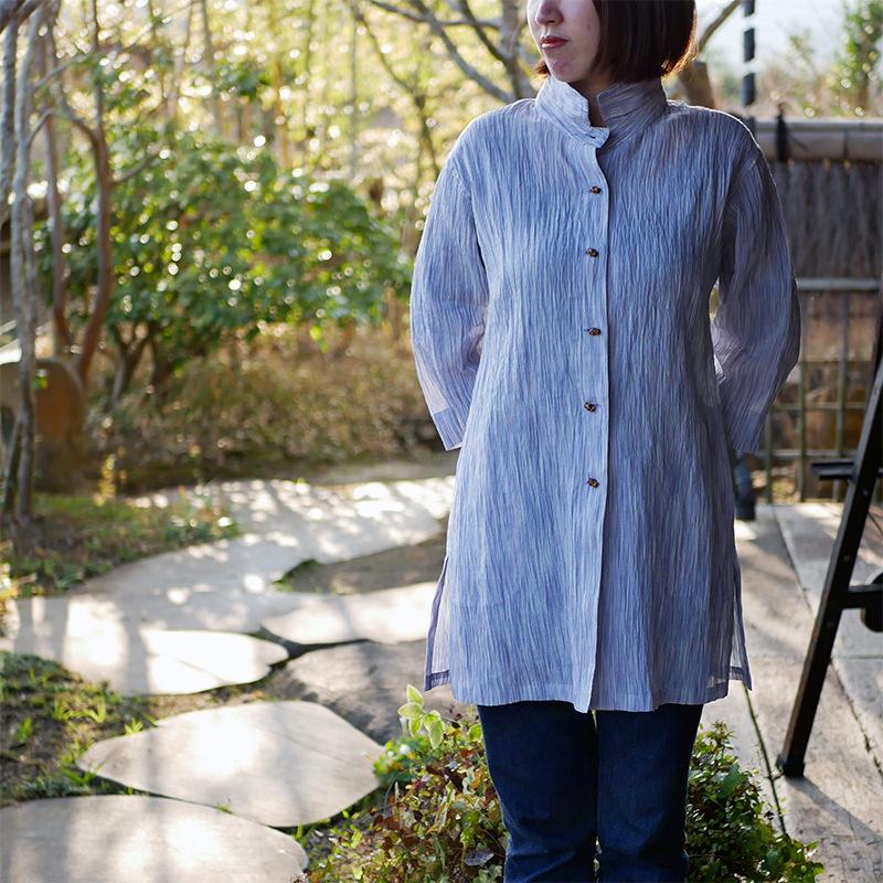 カジュアルな小千谷縮の服を着た女性