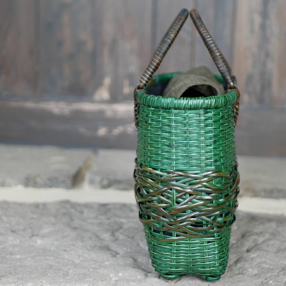 2色使いの籐のハンドバッグ
